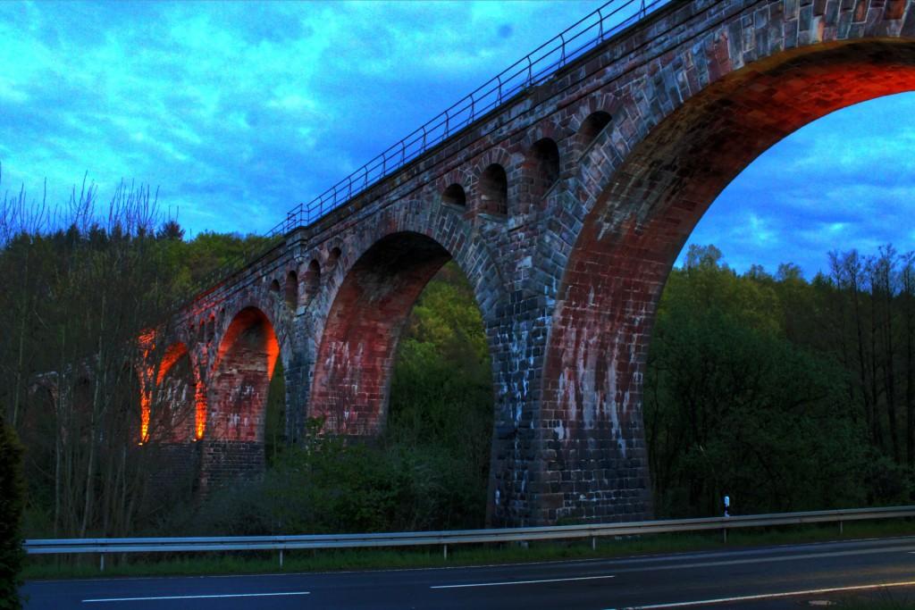 Das Bad Endbacher Viadukt auf der ehemaligen Aar-Salzböde-Bahn erstrahlt im Abendlicht