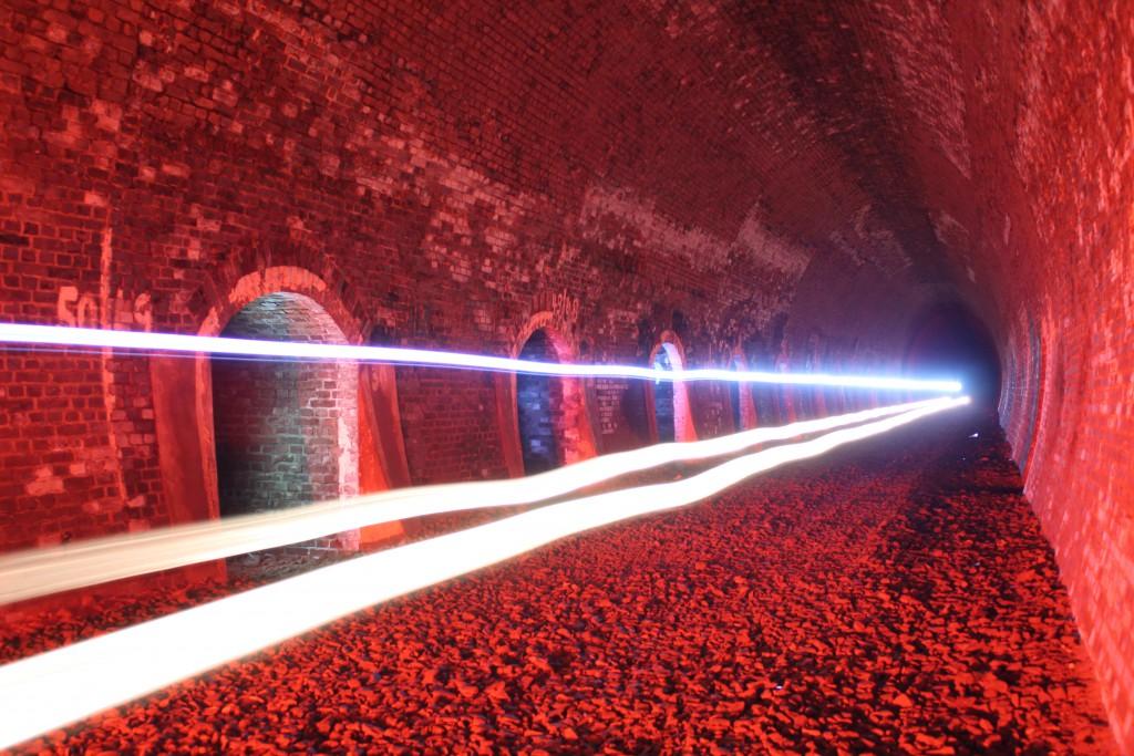 Ein Spitzenlicht fährt durch den stillgelegten Rabenscheiden Tunnel auf der Stichstrecke zwischen Haiger und Breitscheid am 15.03.2015.