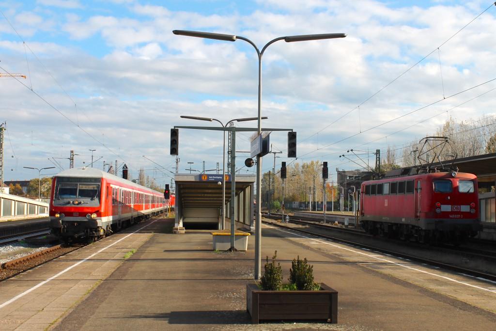 Im Bahnhof Braunschweig fährt am 15.10.2014 ein Wittenberger Steuerwagen als RB aus Wolfsburg ein. Im Nachbargleis steht 140 037 bereit.