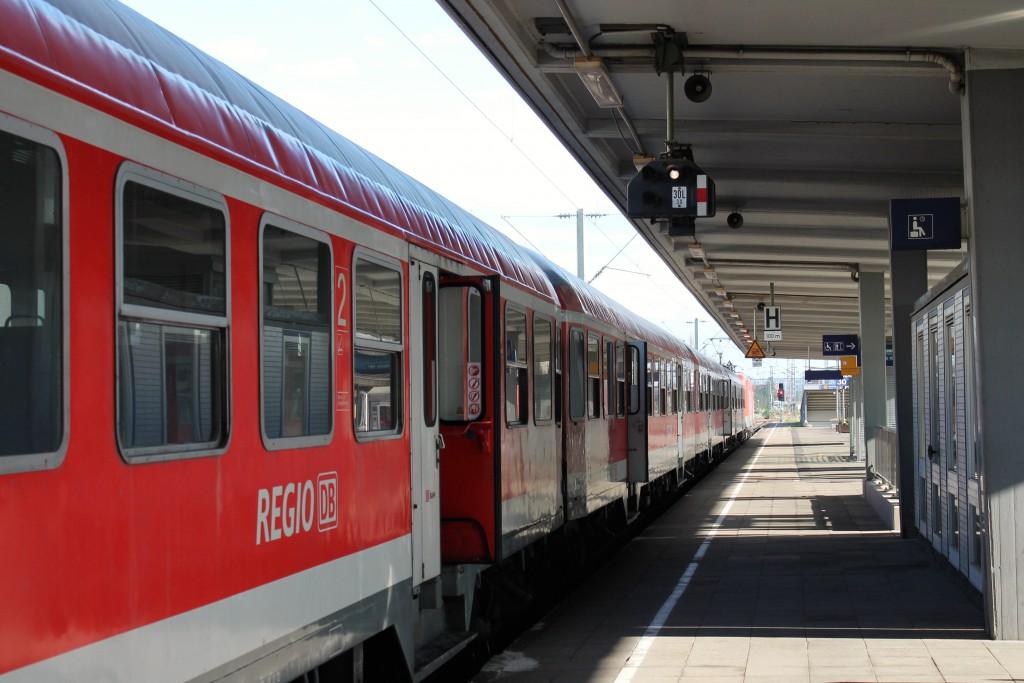 Im Bahnhof Braunschweig steht am 15.10.2014 eine Garnitur aus n-Wagen als Regionalbahn nach Wolfsburg bereit.