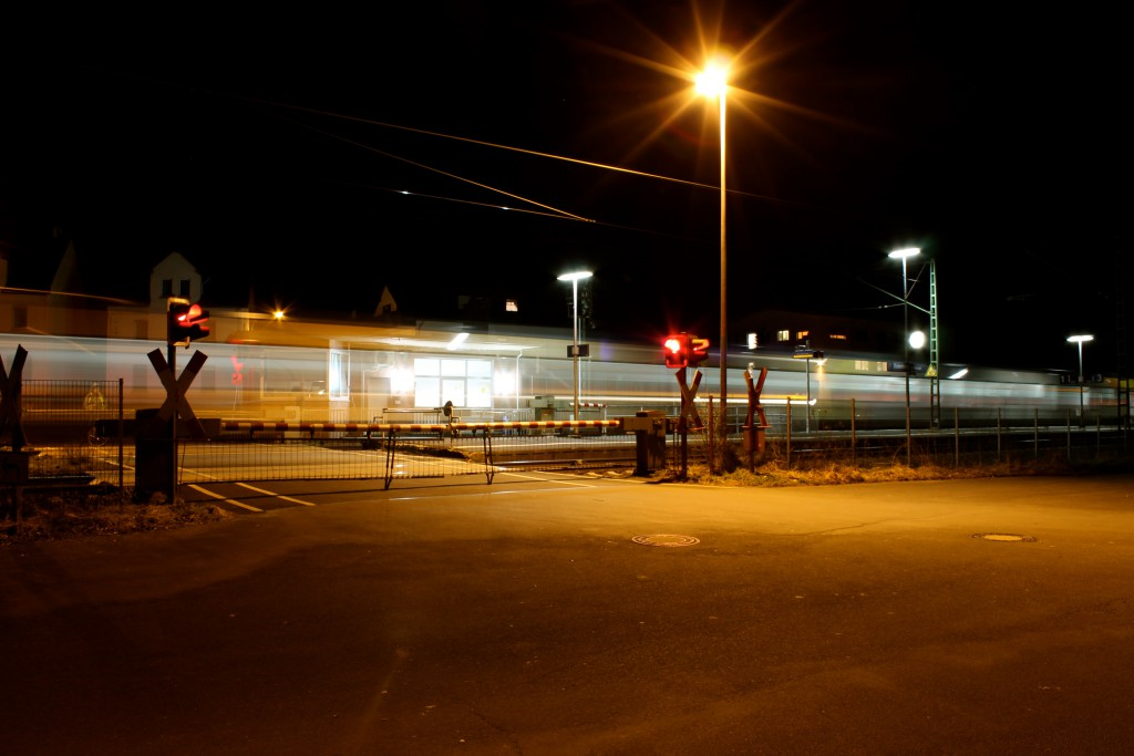 Am Abend des 12.03.2015 fährt ein LINT der HLB nach Fulda im Bahnhof Dutenhofen auf der Dillstrecke an.