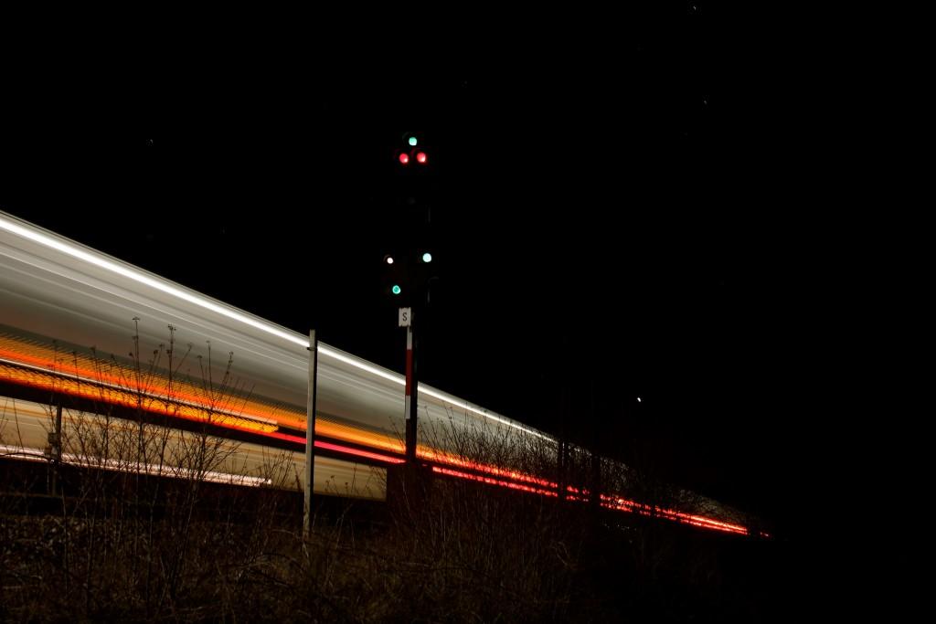 Am Signal S im Bahnhof Dutenhofen auf der Dillstrecke fahren ein FLIRT der HLB und ein TALENT 2 der DB am 12.03.2015 vorbei.