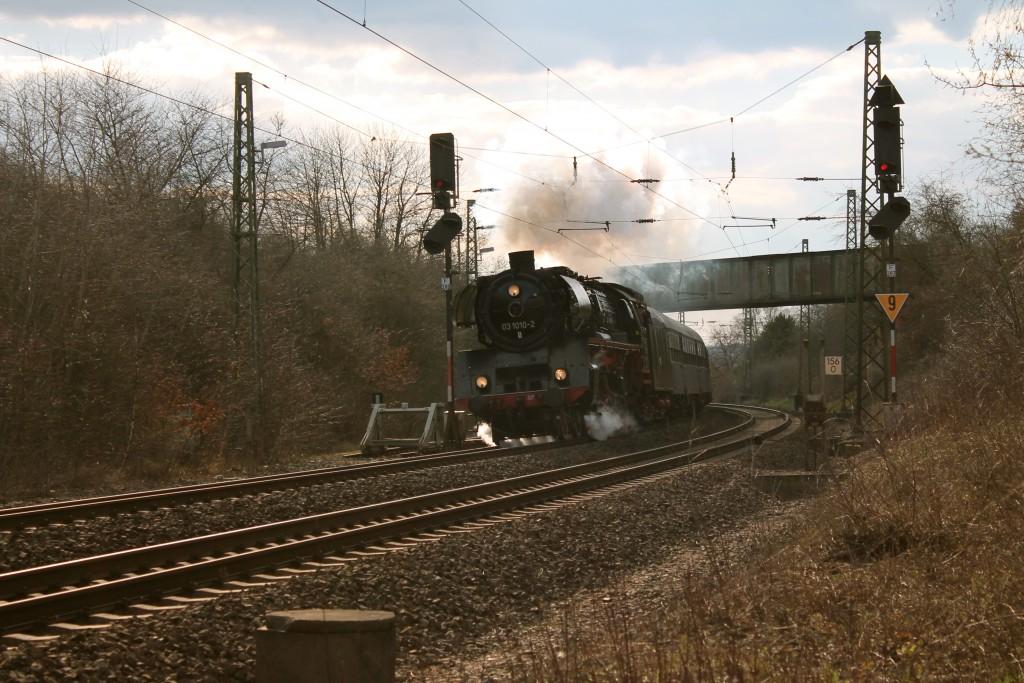 03 1010 unterquert die Brücke der ehemaligen Kanonenbahn auf der Dillstrecke bei Wetzlar am 05.04.2015.