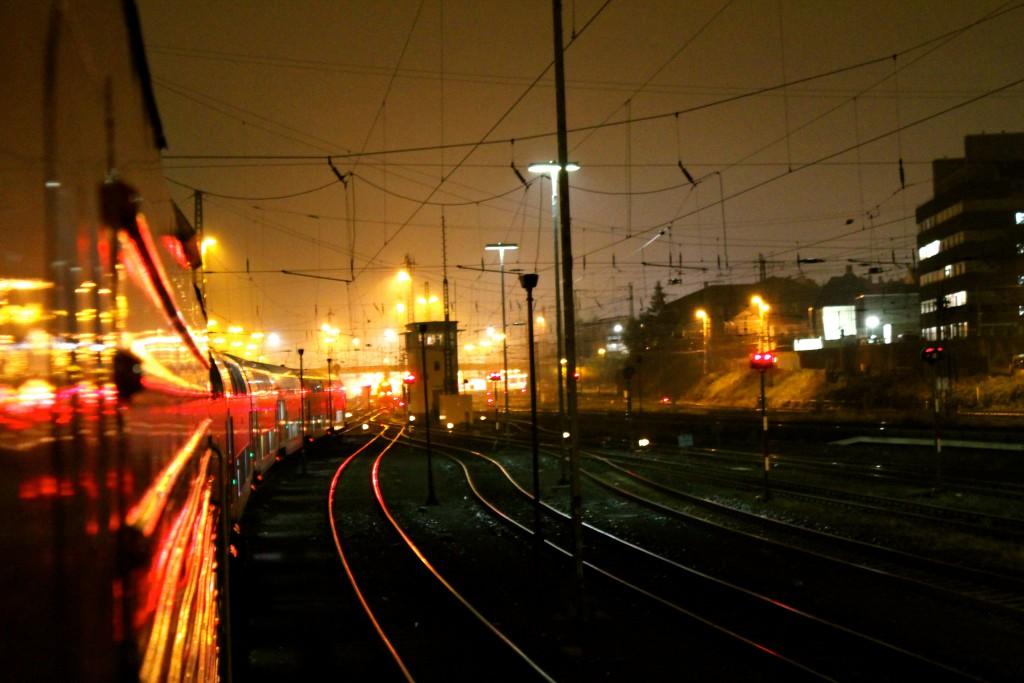 Blick aus einer 114 neben Stellwerk Gl im Bahnhof Gießen am frühen morgen des 01.10.2014.