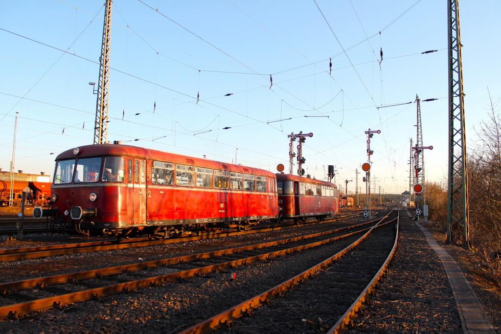 798 829 und 996 677 warten am Signal S63 vor dem Stellwerk Grf im Bahnhof Gießen.