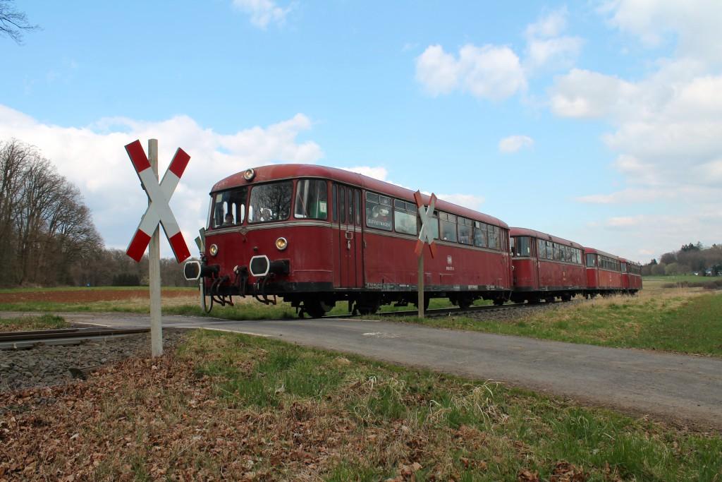 Die Schienenbusse 996 677, 798 589, 996 310 und 798 829 an einem Bahnübergang auf der Horlofftalbahn kurz vor Bad Salzhausen am 06.04.2015.