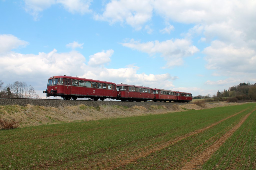 Die Schienenbusse 996 677, 798 589, 996 310 und 798 829 auf dem Bahndamm der Horlofftalbahn zwischen Bad Salzhausen und Nidda am 06.04.2015.