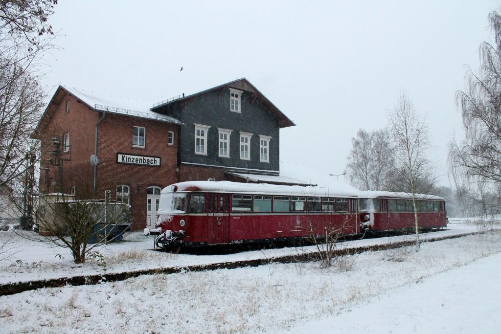 Eingeschneite Schienenbusse am Bahnhof Kinzenbach auf der ehemaligen Kanonenbahn am 27.12.2014 laden zum Glühweintrinken ein.