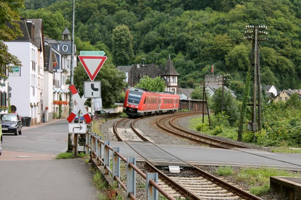Ein 612 legt sich am 04.08.2014 in Balduinstein auf der Lahntalbahn in die Kurve.