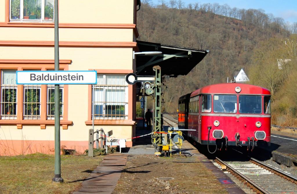 Eine zweiteilige Schienenbusgarnitur aus 996 677 (vorne) und 798 829 der OEF hält am 28.02.2015 im Bahnhof Balduinstein auf der Lahntalbahn.
