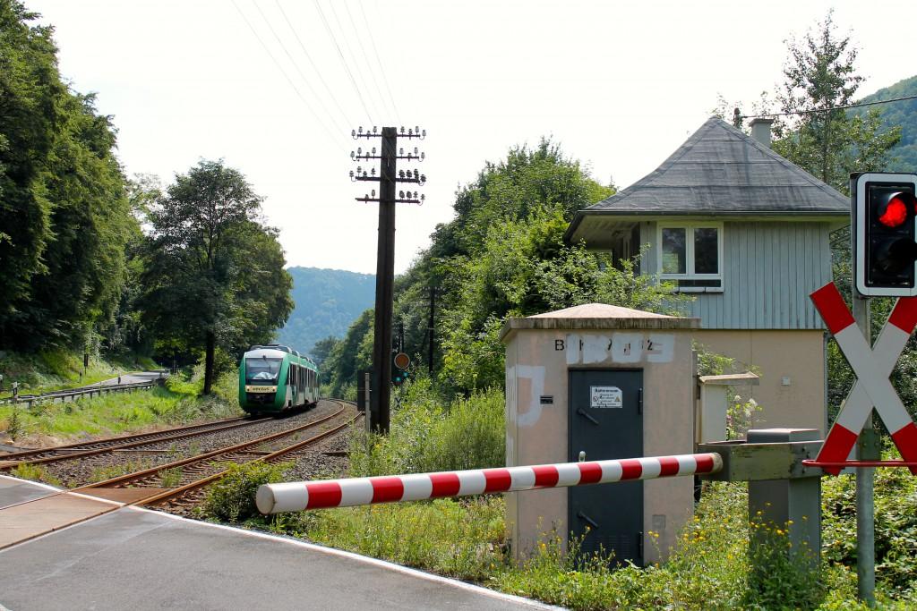 Ein LINT der VECTUS passiert das leer stehende Stellwerk Friedrichsen Ost in Richtung Limburg auf der Lahntalbahn am 04.08.2014.