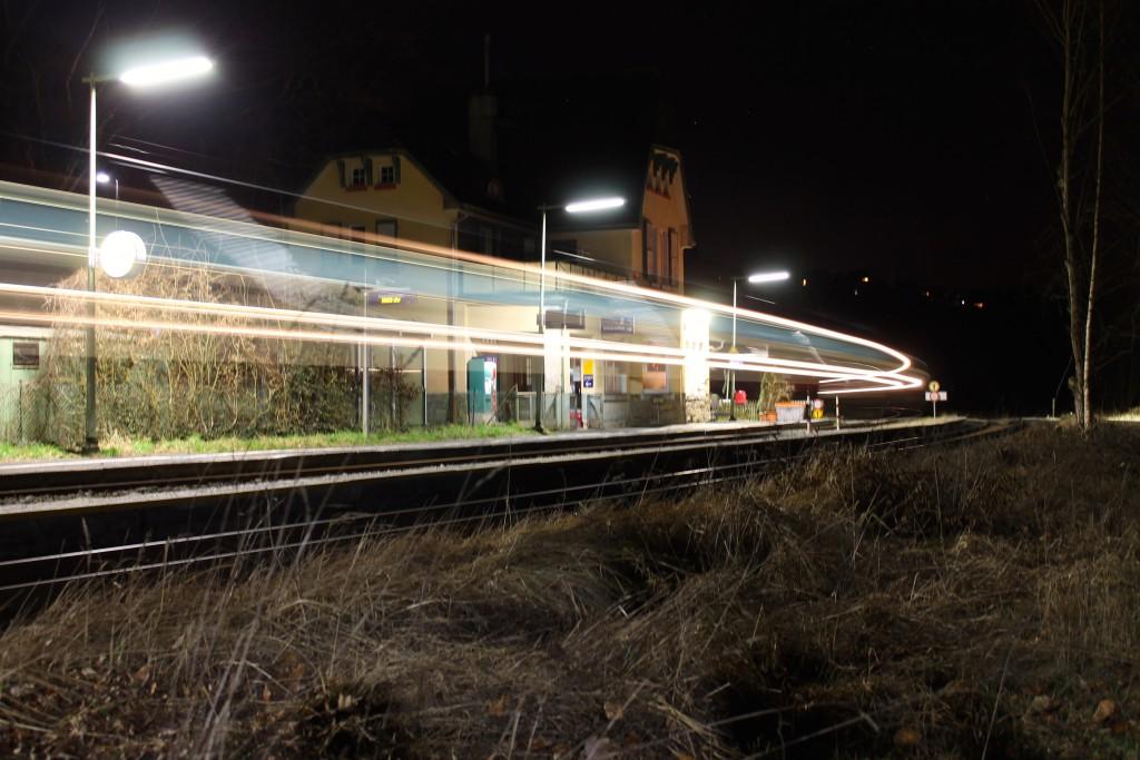 Am Abend des 08.02.2015 fährt ein TALENT der DB durch den Haltepunkt Gräveneck auf der Lahntalbahn.