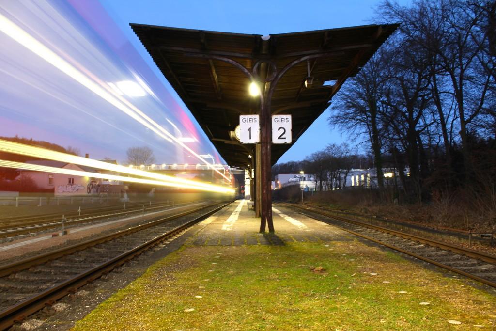 Am Abend des 08.02.2015 fährt ein TALENT der DB durch den Bahnhof Kerkerbach auf der Lahntalbahn.