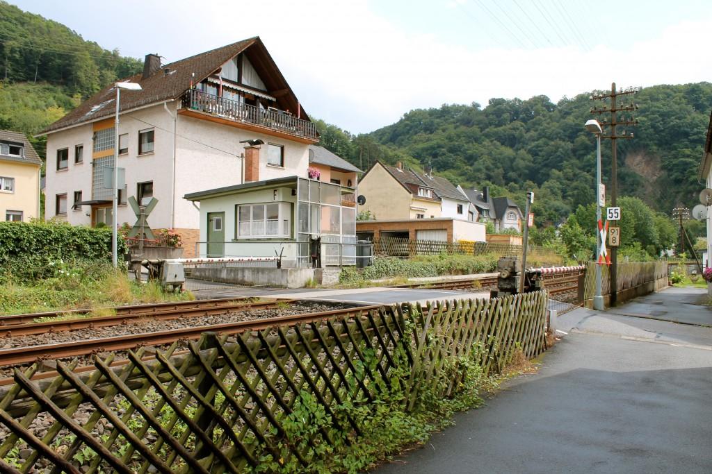 Der Schrankenposten 55 in Miellen auf der Lahntalbahn am 04.08.2014.