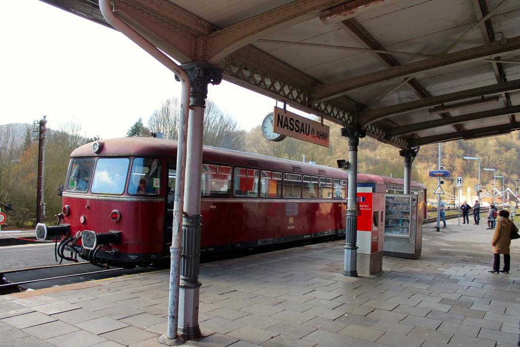 Eine zweiteilige Schienenbusgarnitur aus 996 677 (vorne) und 798 829 der OEF hält am 28.02.2015 im Bahnhof Nassau auf der Lahntalbahn.
