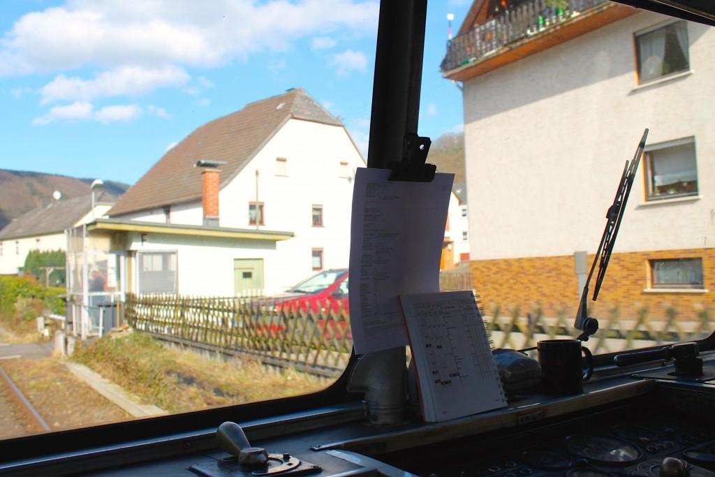 Ein Schienenbus passiert den Posten 55 in Miellen auf der Lahntalbahn am 28.02.2015, ein Blick aus dem Führerstand von 789 829.
