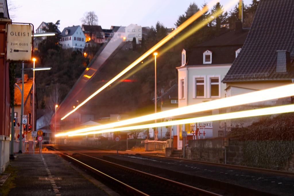 Ein LINT der DB durchfährt als Regionalexpress den Haltepunkt Runkel auf der Lahntalbahn am 08.02.2015.