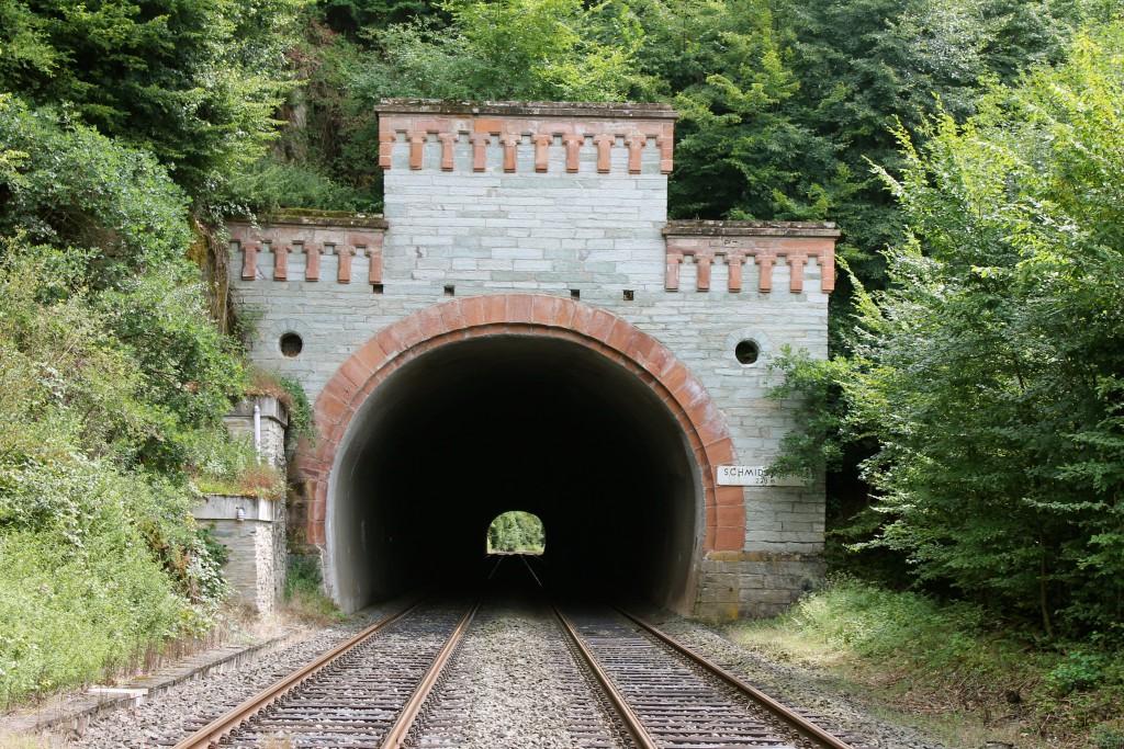 Der Schmidtkopftunnel auf der Lahntalbahn am 03.08.2014.