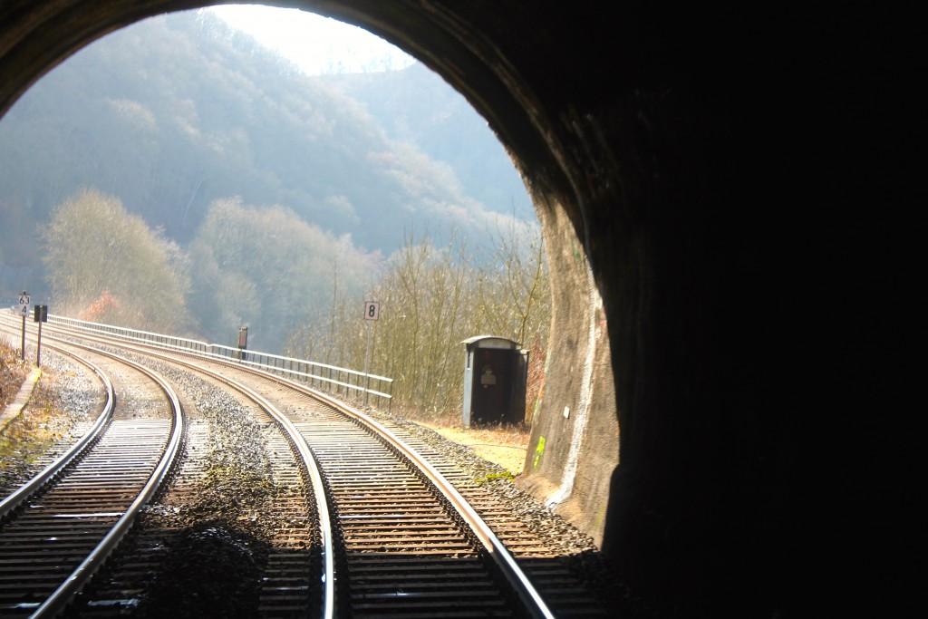 Der Blick aus dem Cramberger Tunnel auf der Lahntalbahn am 28.02.2015. Jemand hat die Tür zum Streckenfernsprecher vergessen zu schließen.