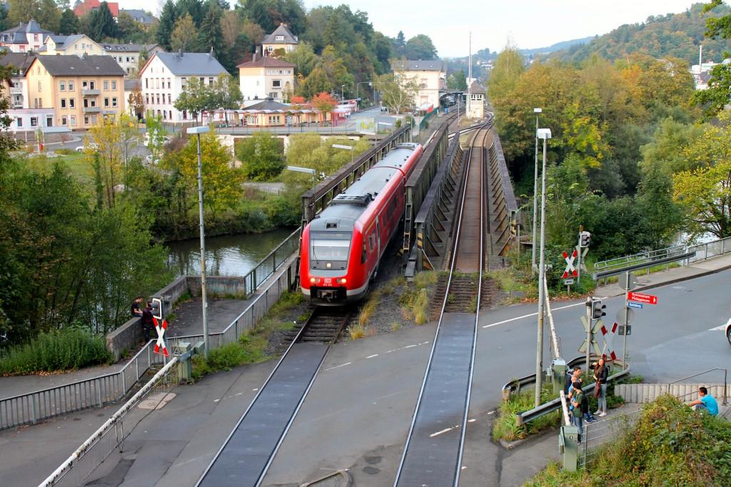 Ein Blick vom Weilburger Tunnel zeigt am 03.09.2014 wie 612 051 die Lahnbrücke überquert und durch den Tunnel nach Koblenz über die Lahntalbahn fährt.