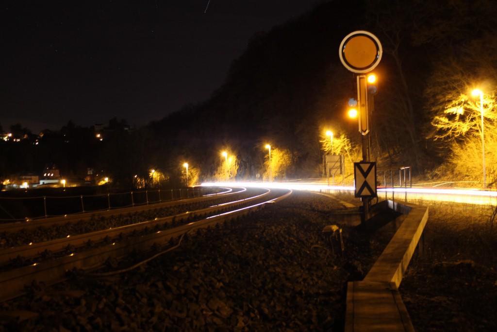 mit wenig Licht erstrahlt das Vorsingen in Weilburg aus Richtung Gräveneck auf der Lahntalbahn am 08.02.2015.
