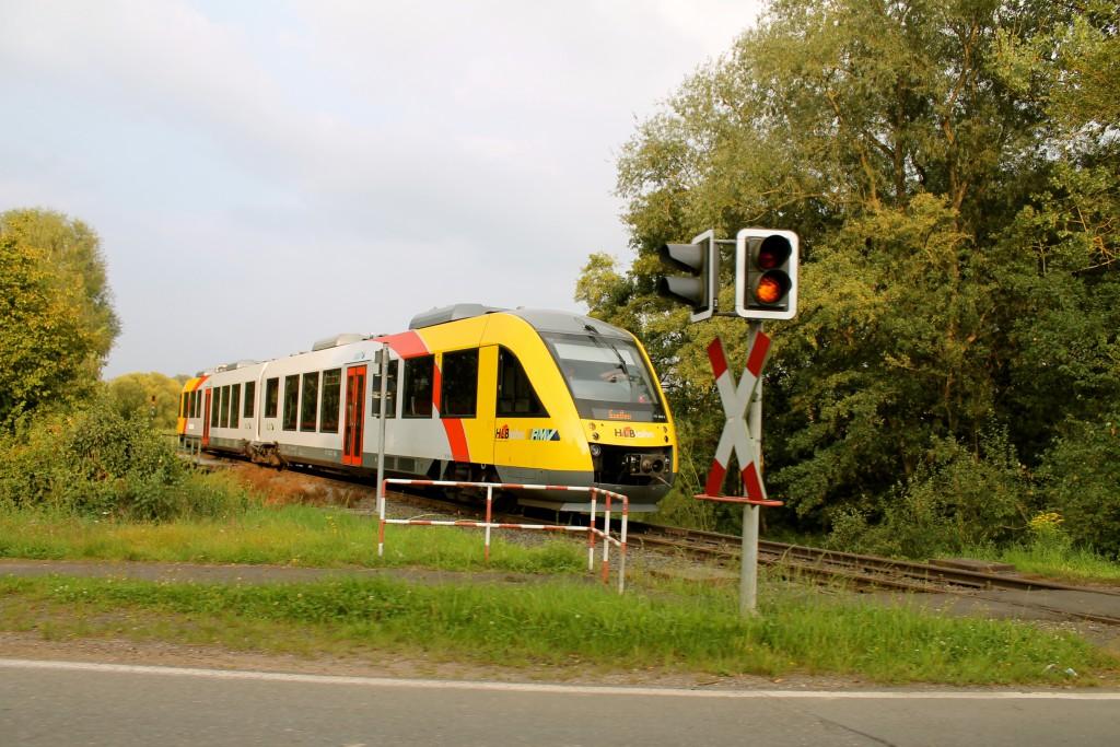 Ein LINT der HLB, als Sonderzug zum Schmaadleckermarkt, schaltet den Bahnübergang in Daubringen auf der Lumdatalbahn am 07.09.2014 ein.