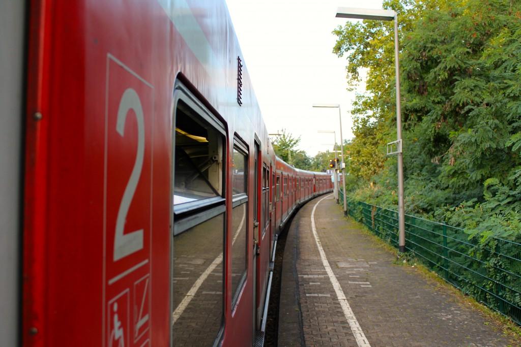 Am 14.09.2014 hält ein Langzug aus ET 420 am Haltepunkt Mainz Nord.