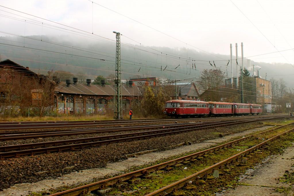 Die Schienenbusse 798 829, 998 184, 798 589 und 996 677 stehen vor dem Bw Marburg am 07.12.2014.