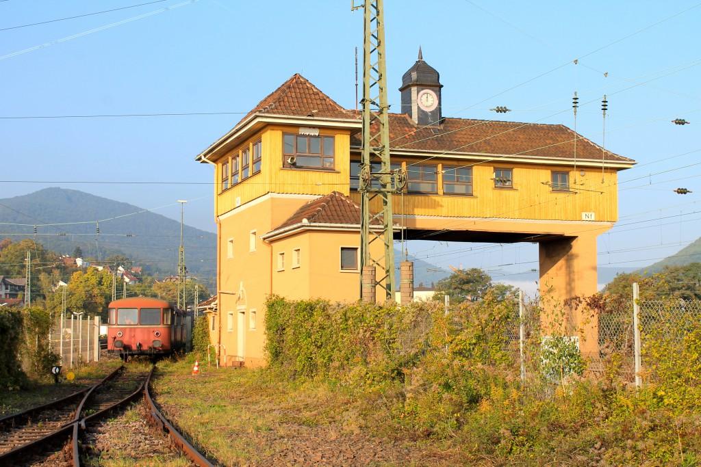 Am 03.10.2015 steht neben dem Reiterstellwerk Nf in Neustadt (Weinstraße) 998 184 in der Morgensonne.