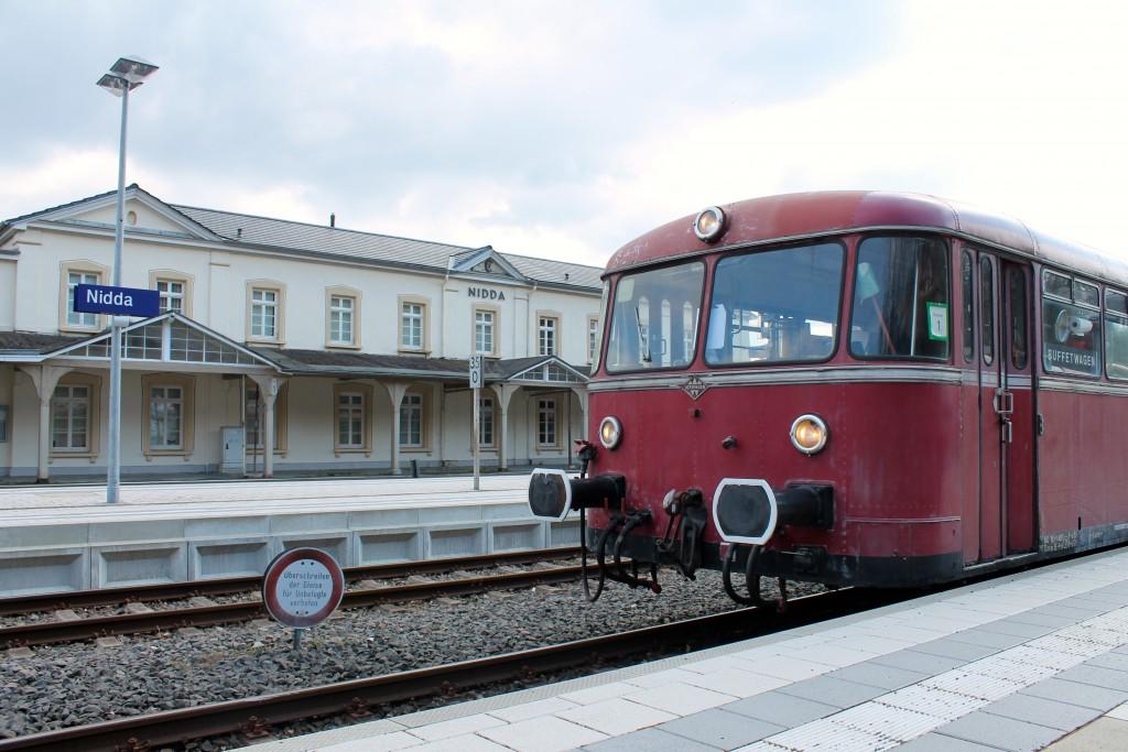 996 677 wartet im Bahnhof Nidda auf Ausfahrt in Richtung Friedberg am 06.04.2015.