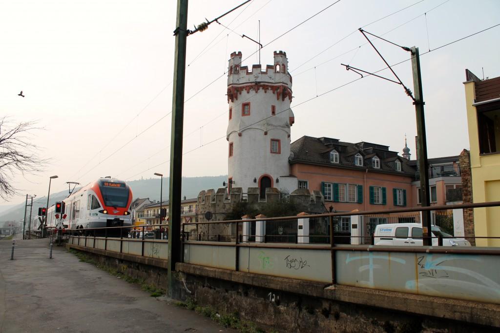 Ein FLIRT der VIAS passiert am 25.03.2015 den Adlerturm in Rüdesheim auf der rechten Rheinstrecke.