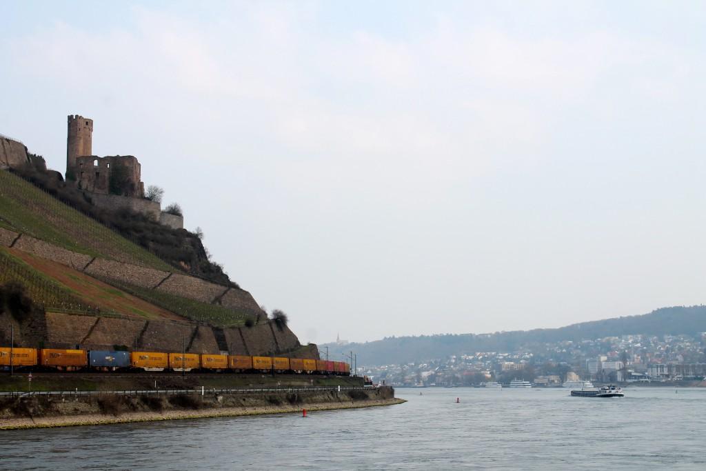 Ein Güterzug schlengelt sich um die Burg Ehrenfels bei Rüdesheim auf der rechten Rheinstrecke am 25.03.2015.