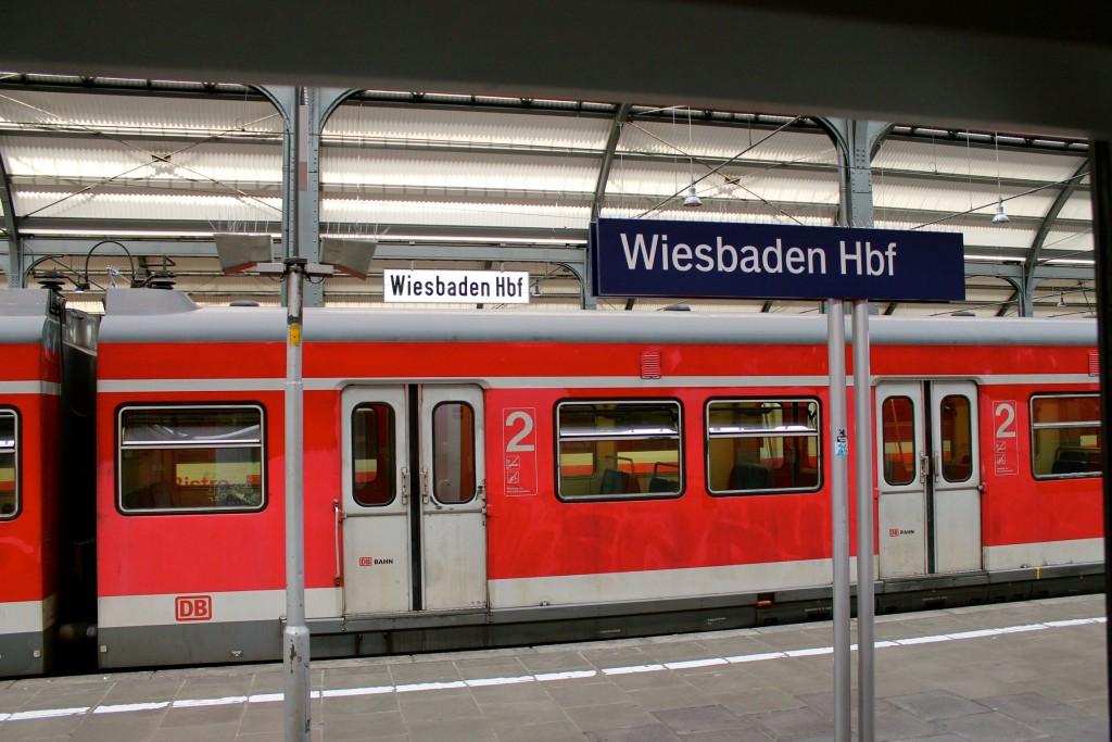 Am 14.09.2014 wartet ein ET 420 im Wiesbadener Hauptbahnhof.