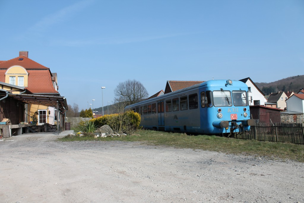 """Der Esslinger Triebwagen VT408 verlässt am 09.04.2015 als """"Wipperliese"""" den Haltepunkt  Friesenrode in Richtung Wippra."""