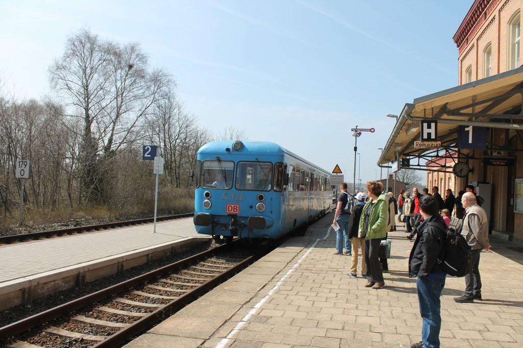 """Im Bahnhof Klostermansfeld fährt der Esslinger Triebwagen VT408 am 09.04.2015 als """"Wipperliese"""" ein."""