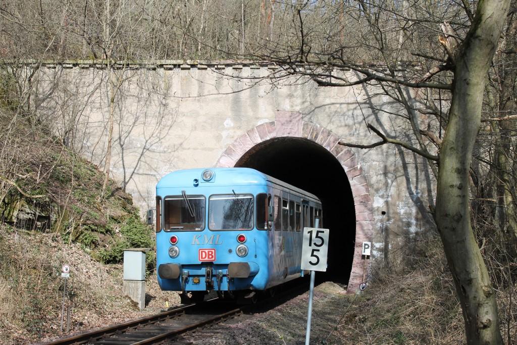 """Der Esslinger Triebwagen VT408 fährt am 09.04.2015 als """"Wipperliese"""" in den Rammelburger Tunnel."""
