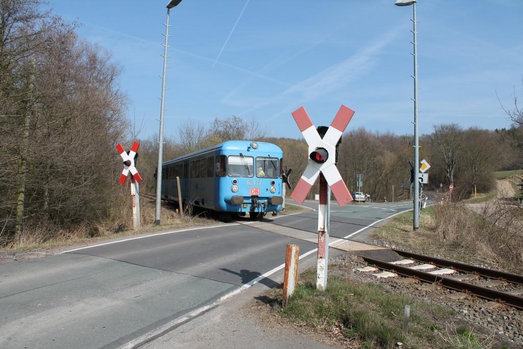 """Der Esslinger Triebwagen VT408 überquert am 09.04.2015 als """"Wipperliese"""" den Bahnübergang in Wippra."""