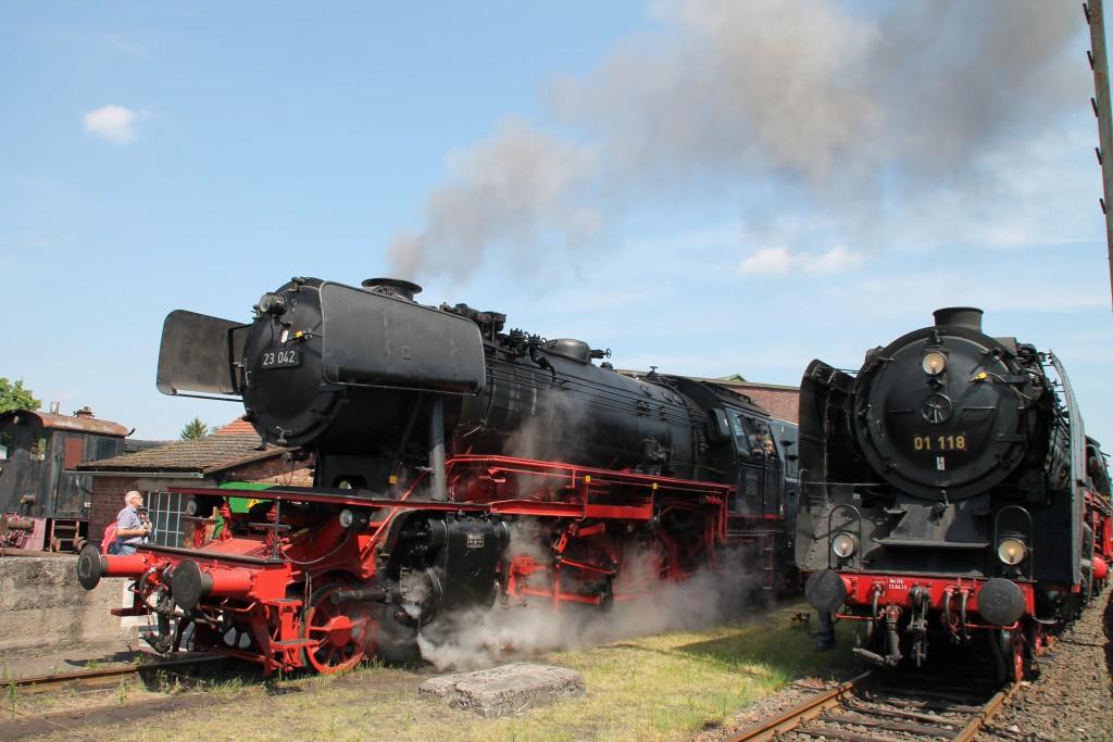 Am 14.05.2015 fährt 23 042 im Eisenbahnmuseum in Darmstadt Kranichstein an 01 118 vorbei.
