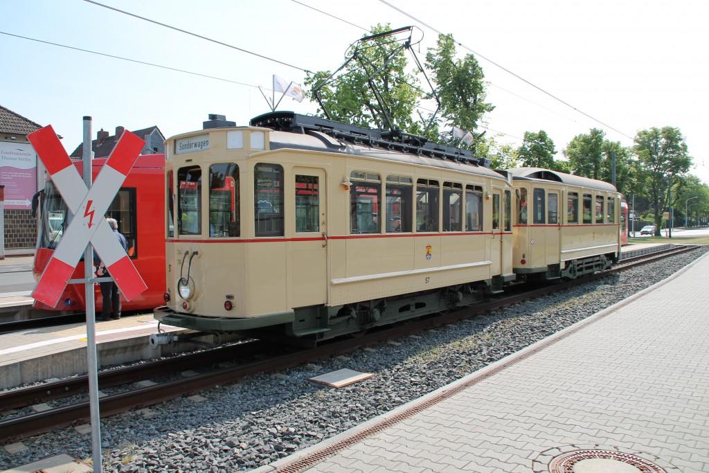 Eine historische Straßenbahn macht sich am 14.05.2015 auf den Weg zu den Bahnwelttagen in Darmstadt-Kranichstein.