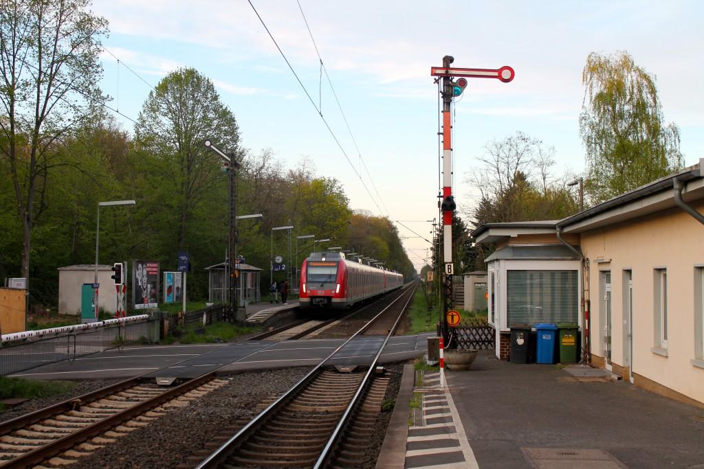 Ein ET 430 der S-Bahn Rhein-Main hielt am 17.04.2015 am Haltepunkt Eddersheim.