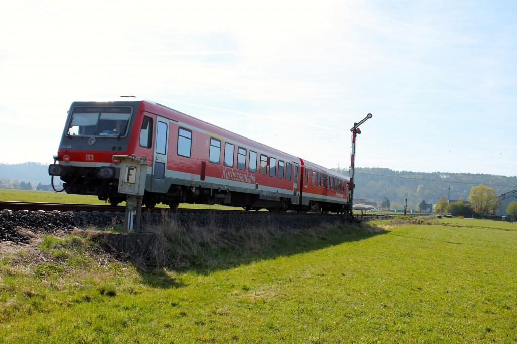 628 228 der Kurhessenbahn fuhr am 21.04.2015 auf der Burgwaldbahn in den Bahnhof Sarnau ein.