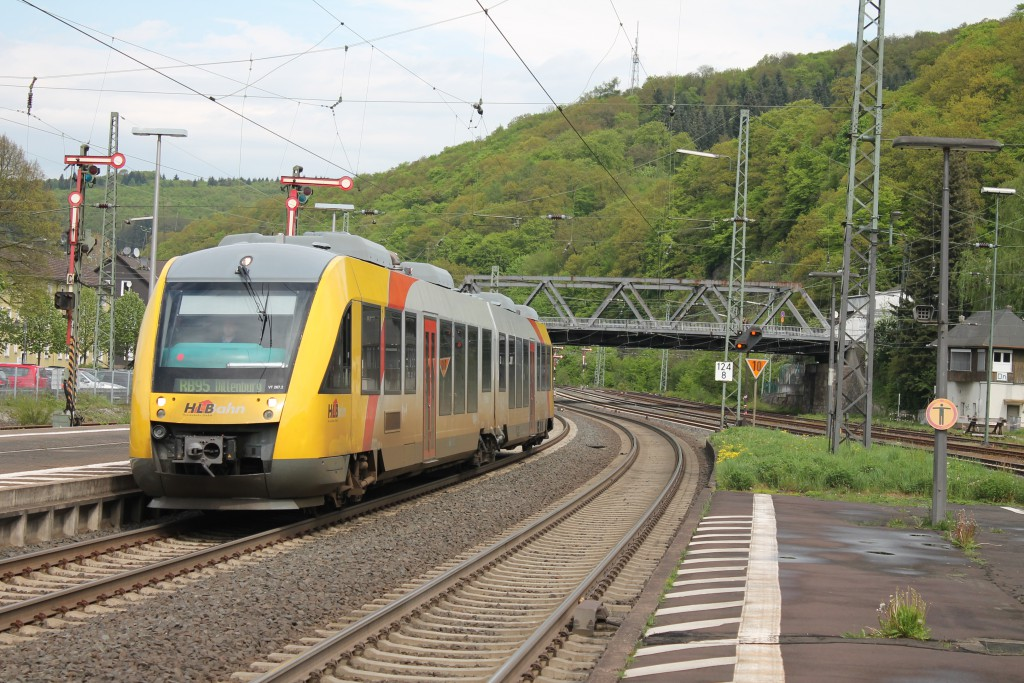 Ein LINT der HLB fährt am 05.05.2015 auf der Drillstrecke in den Bahnhof Dillenburg ein.