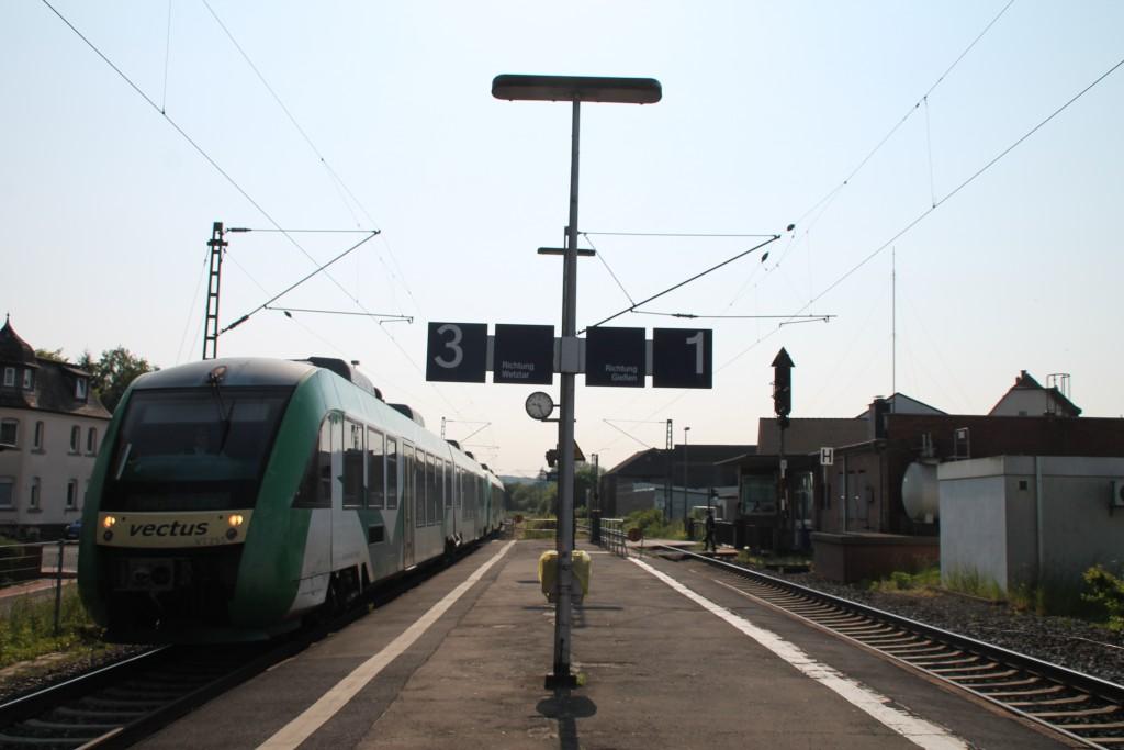 Am Morgen des 22.05.2015 hält eine Doppeltraktion aus LINT der VECTUS im Bahnfof Dutenhofen auf der Dillstrecke.