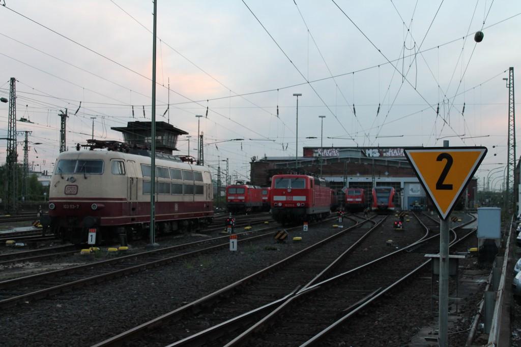 Am Abend des 29.04.2015 stehen neben 103 113 noch Loks der Baureihen 111, 114 und 181 vor dem Bw 1 in Frankfurt (M).