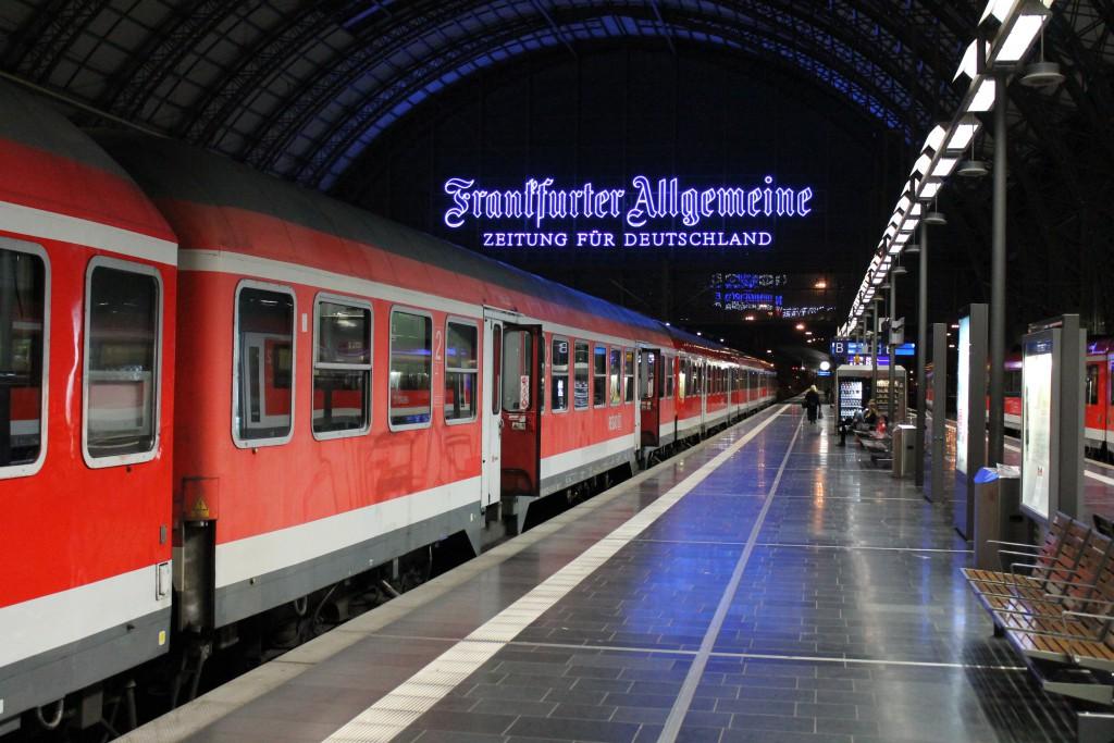 Eine Garnitur aus n-Wagen wartet im Hauptbahnhof Frankfurt (M) am Abend des 29.04.2015 auf Ausfahrt in Richtung Wächtersbach.