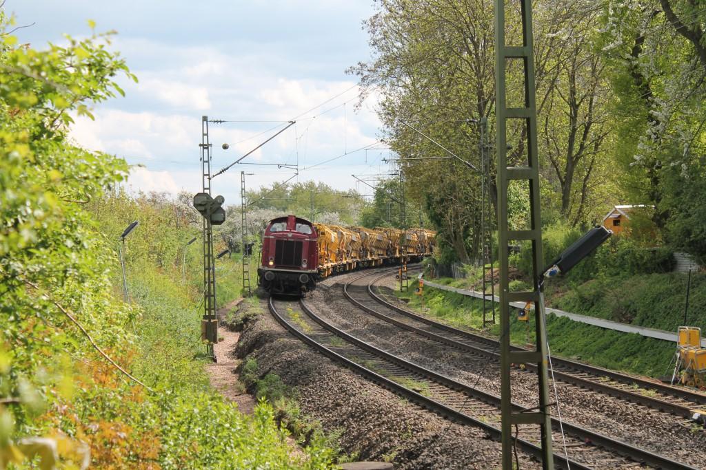 211 019 der ELV zieht am 30.04.2015 zwischen Hanau und Friedberg im Bahnhof Assenheim einen Schotterreinigungszug.