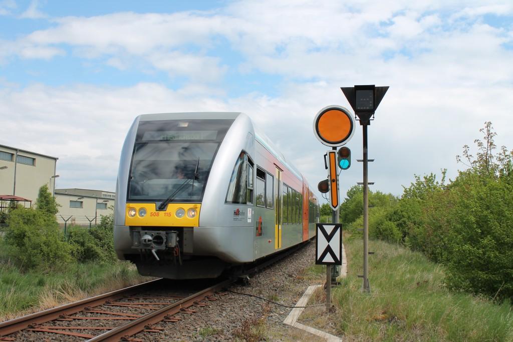 Ein GTW der HLB verlässt am 30.04.2015 den Bahnhof Friedberg in Richtung Friedrichsdorf. Er hat soeben das Einfahrvorsignal erreicht.