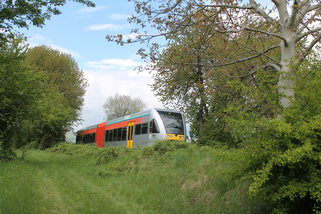 Ein GTW der HLB erreicht  am 30.04.2015 gleich den Haltepunkt Friedberg-Süd zwischen Friedrichsdorf und Friedberg.