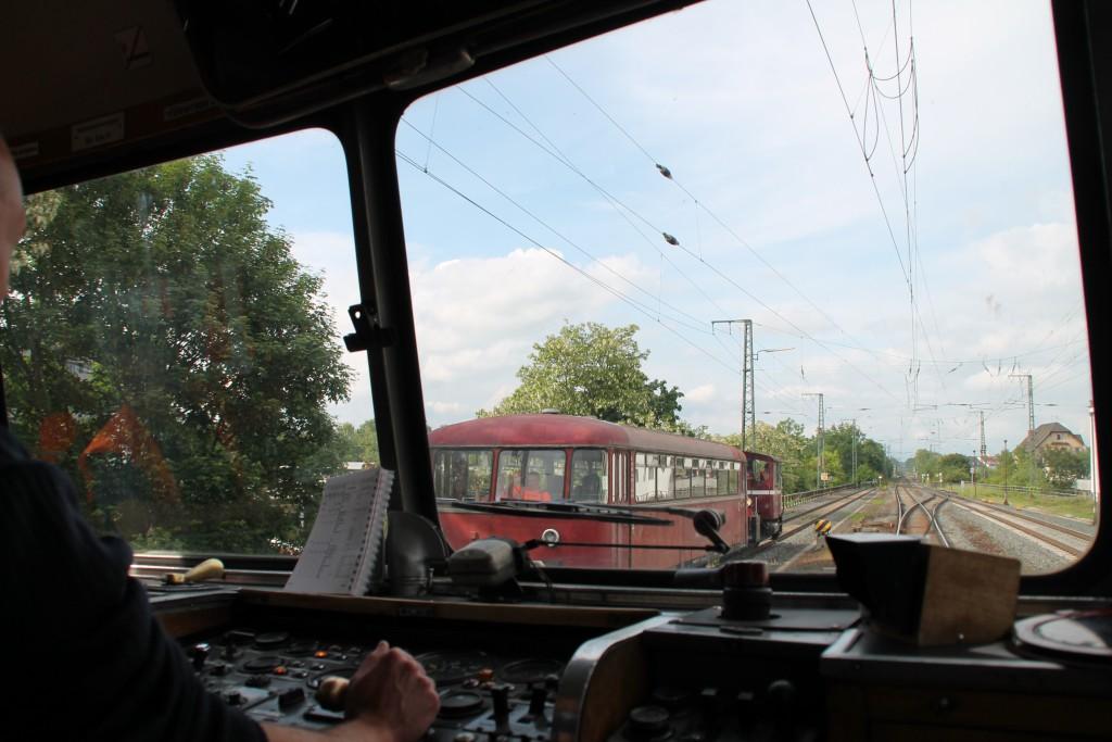 Am 25.05.2015 verlässt 798 829 den Bahnhof Gießen in Richtung Lollar. Auf dem Nebengleis wartet 996 310 mit einer Köf III.