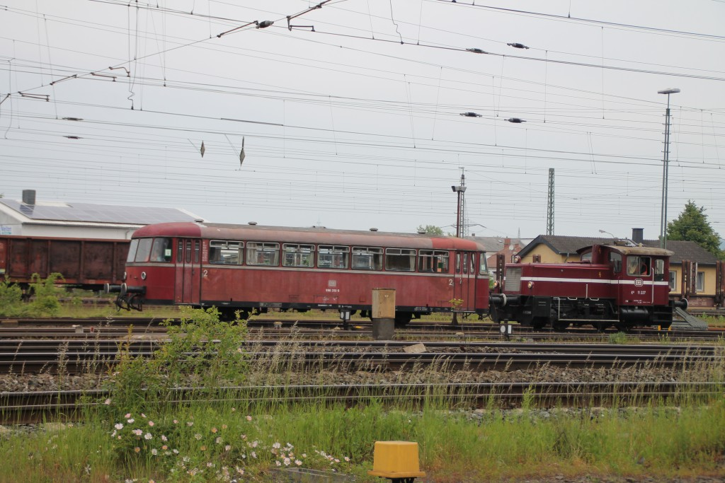 Am 25.05.2015 rangieren die Oberhessischen Eisenbahnfreunde mit einer Köf III und 996 310 durch den Bahnhof Gießen.